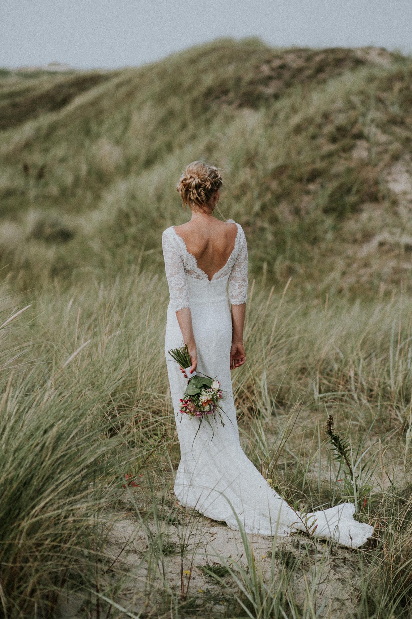 Braut in den Dünen von Sankt Peter-Ording von Alina Atzler Hochzeitsfotografie