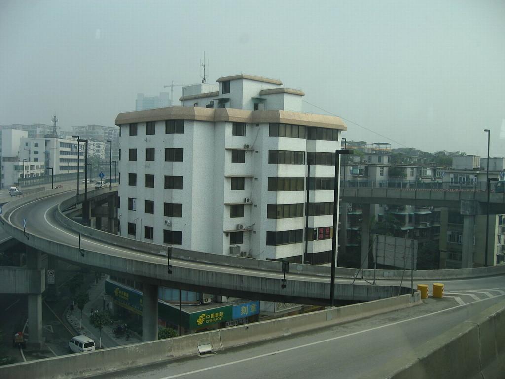 Wohnhaus in der Autobahnauffahrt