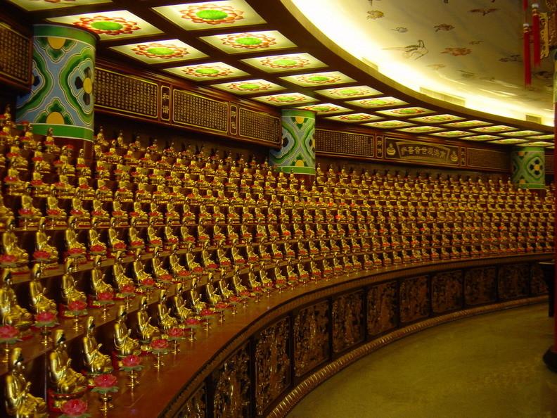 Minnibuddhas im Inneren, jeder gehört einer Familie