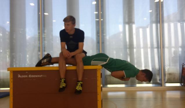 Björn Vogel hat Pause beim Rumpfkrafttest, muss aber mithelfen   Rumpfkraftest mit einfachen Mittel, um trainieren zu können, braucht es nicht viel.