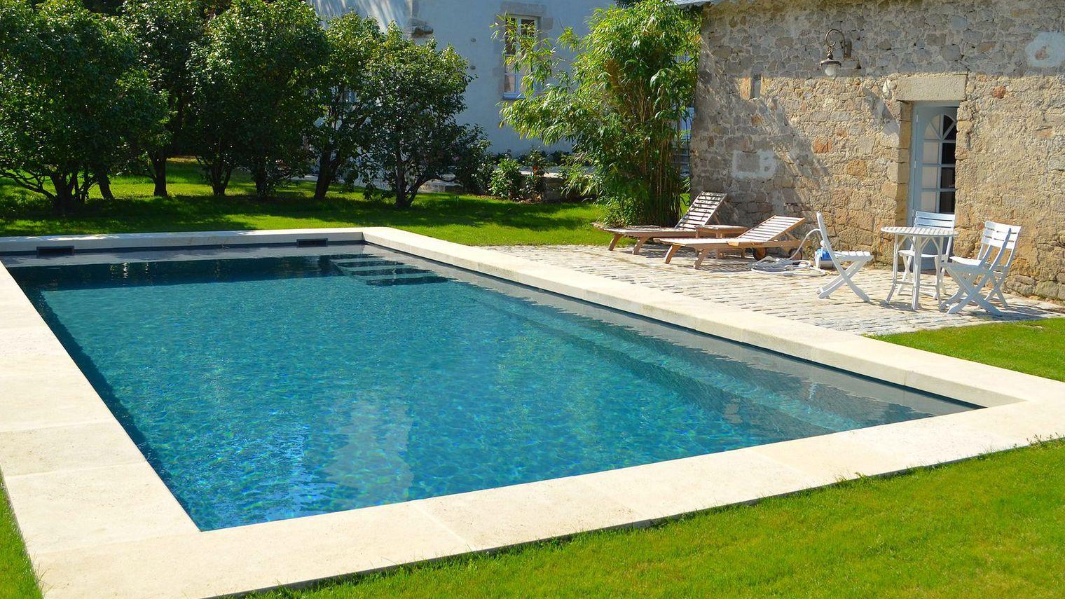 une piscine propre pour les particuliers je nettoie votre piscine service de nettoyage aux. Black Bedroom Furniture Sets. Home Design Ideas