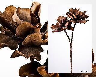 Flor artificial de color tierra imitando una camelia