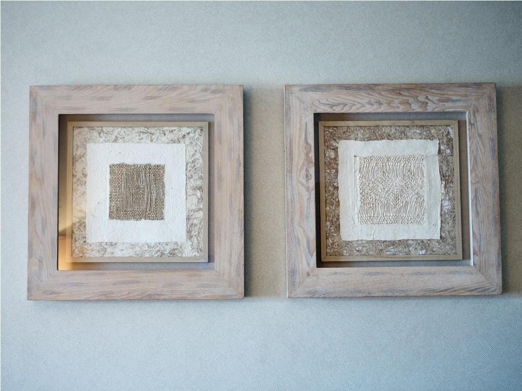 Cuadro de madera colgados en la pared del salón
