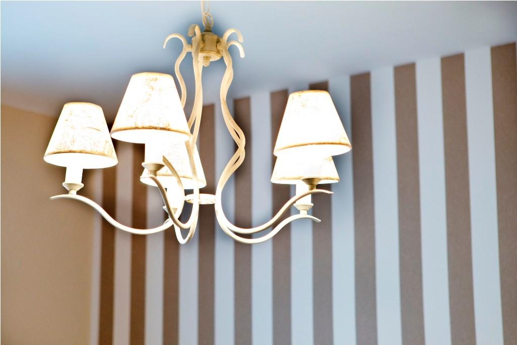 Lámpara de techo con cinco luces en el dormitorio principal