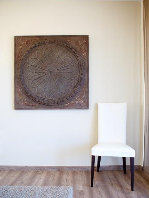 Cuadro madera y silla tapizada blanca