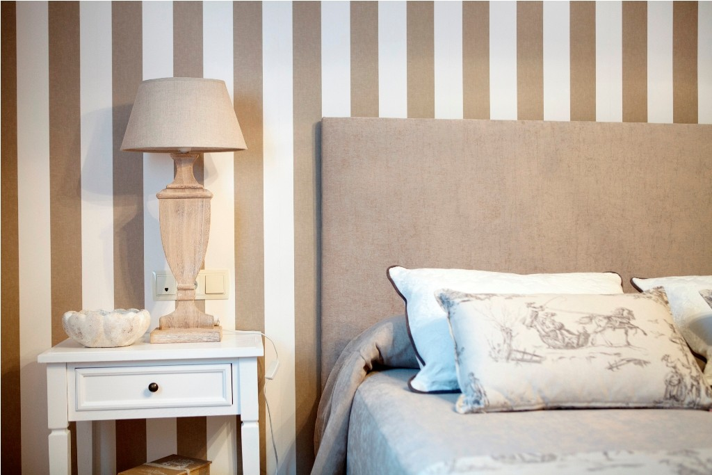 Mesita de noche en blanco con lámpara sobremesa en arena para el dormitorio principal