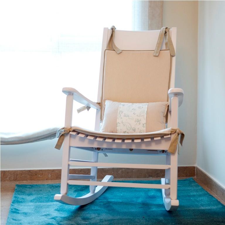 Alfombra rectangular color agua marina, mecedora en blanco en el dormitorio infantil
