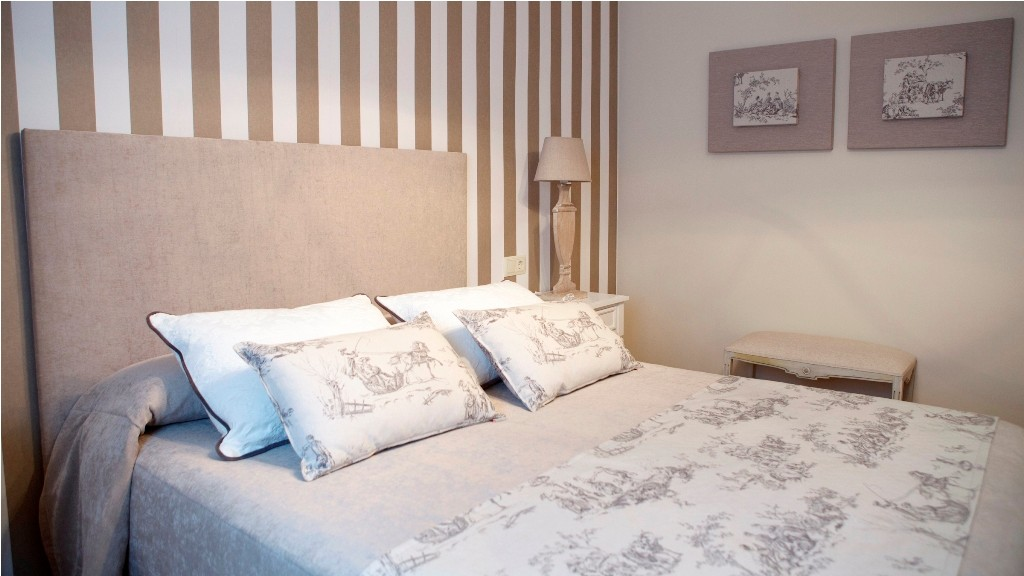 Cabezal tapizado con tejido arena para el dormitorio principal