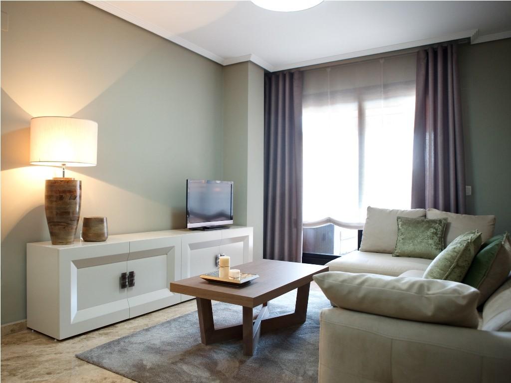 Mueble TV lacado en color arena en el salón
