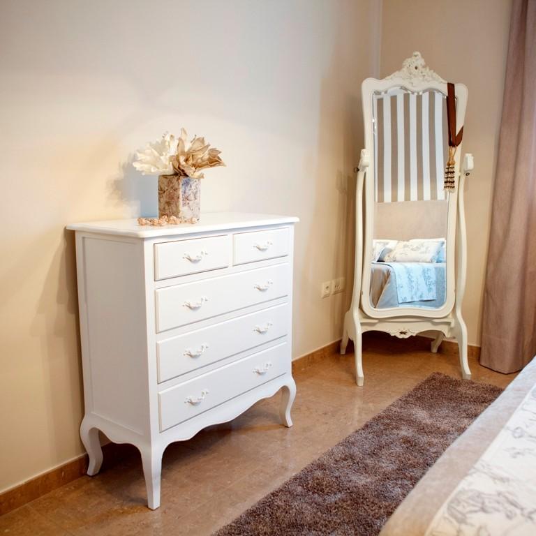Cómoda con cinco cajones en color blanco roto para el dormitorio principal