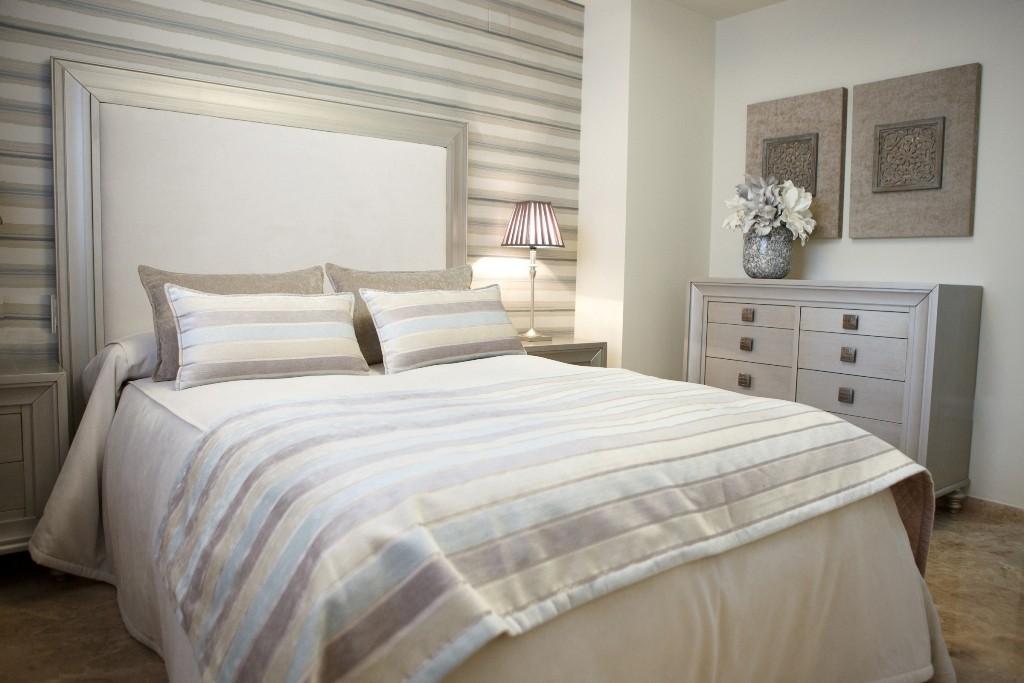 Manta de pie confeccionada sobre cama para el dormitorio principal