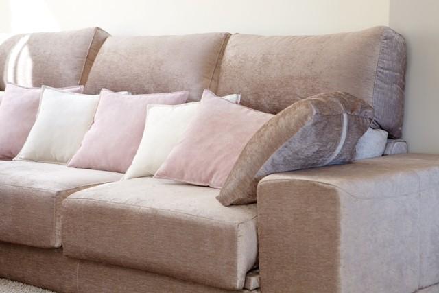 Cojines sobre sofá deslizable