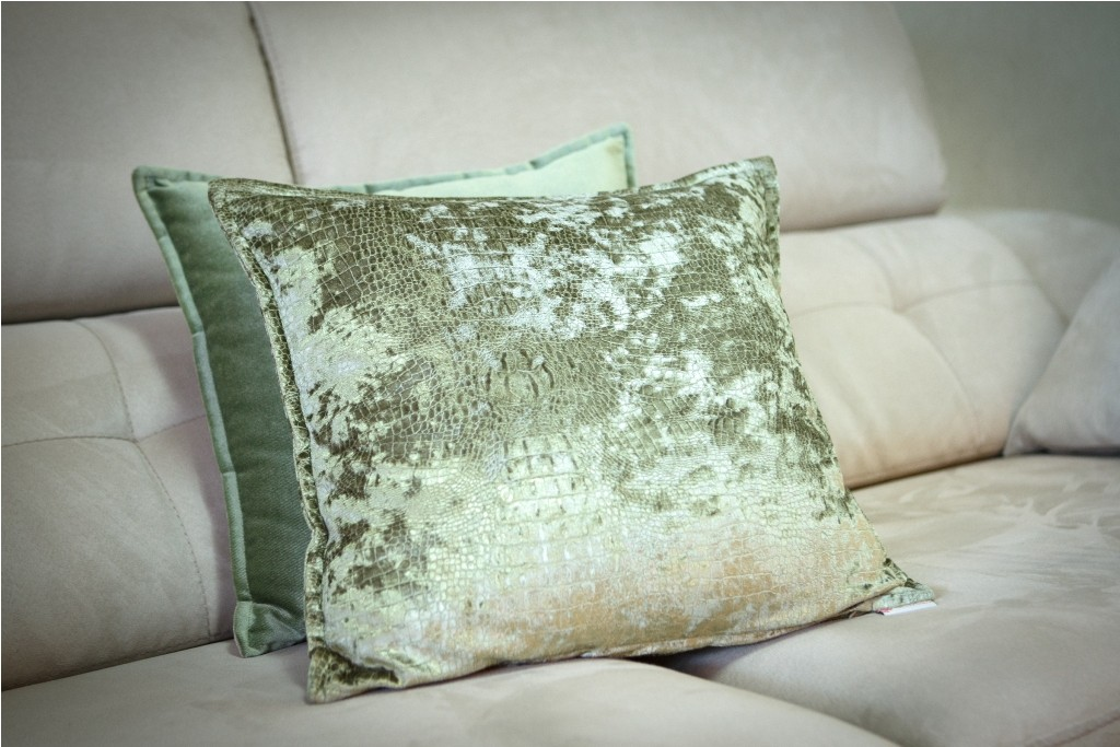 Conjunto de cojines confeccionados en el sofá