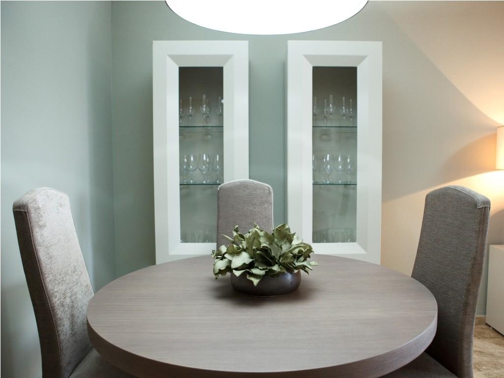 Vitrinas a conjunto que el mueble TV y mesa de comedor redonda para el comedor