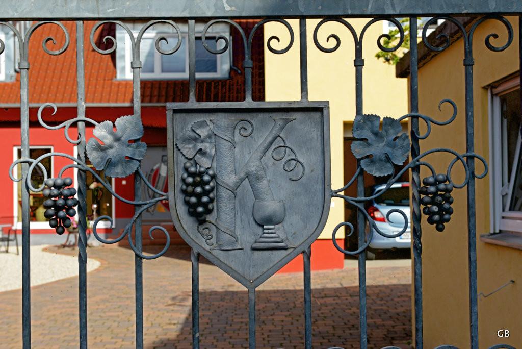 Neustadt Weinstraße / Duttweiler - Schmiedeeisernes Tor mit Traubenmotiv