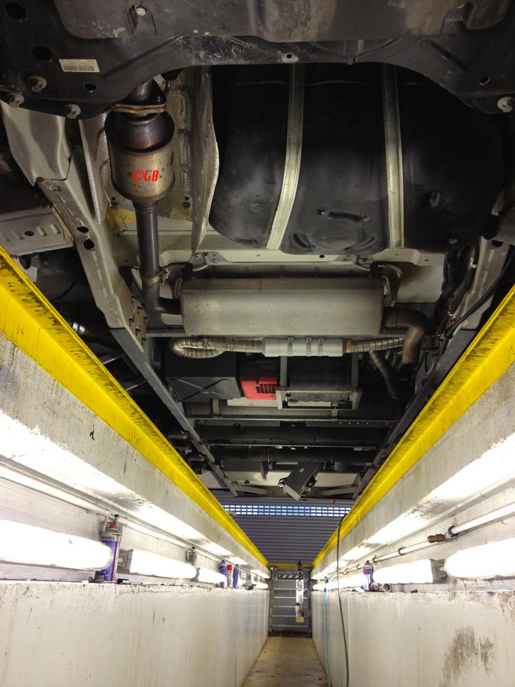 Unterboden Carthago Chic E-Line 51QB; Fiat 116KW; 3l; 7,81m;Zu sehen sind von vorn nach hinten: Tank; KAT; Gasgenerator, Gastank; Ersatz WC-Kasette; Steuereinheit Luftfederung.