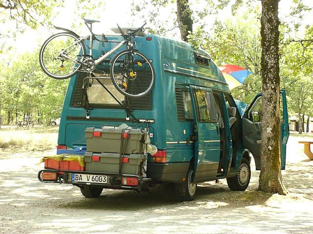 Karmann Karuso Campingbus mit Lastenträger und Fahrrad.