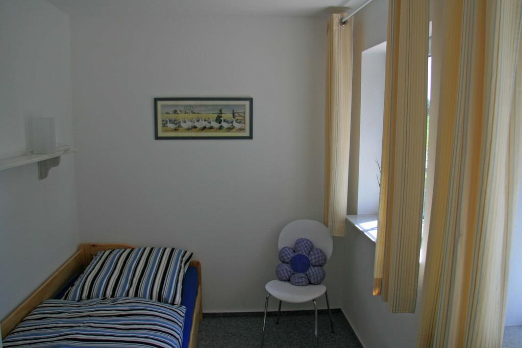 Im kleinen Schlafraum ist ein Bett, unter welchem ein Zweites ausgezogen werden kann.