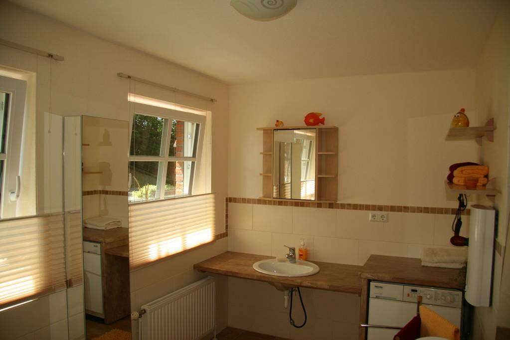 Auch das Bad ist großzügig gestaltet, mit unterfahrbahrem Waschbecken