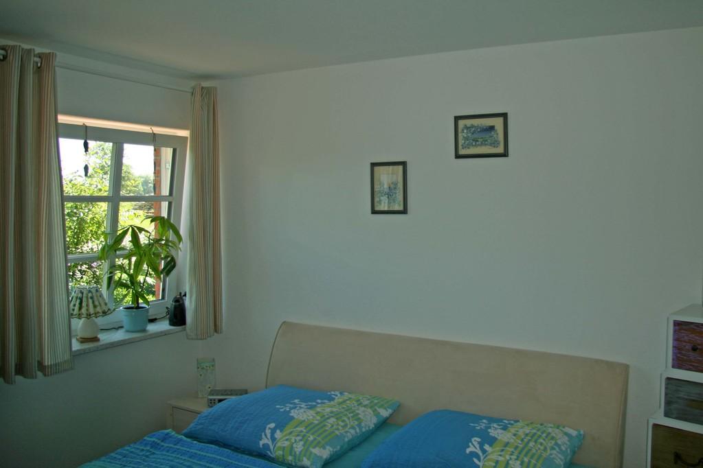 Im Schlafzimmer befindet sich ein Doppelbett, welches im Bedarfsfall (z.B. Rollstuhlfahrer) umgestellt werden kann.