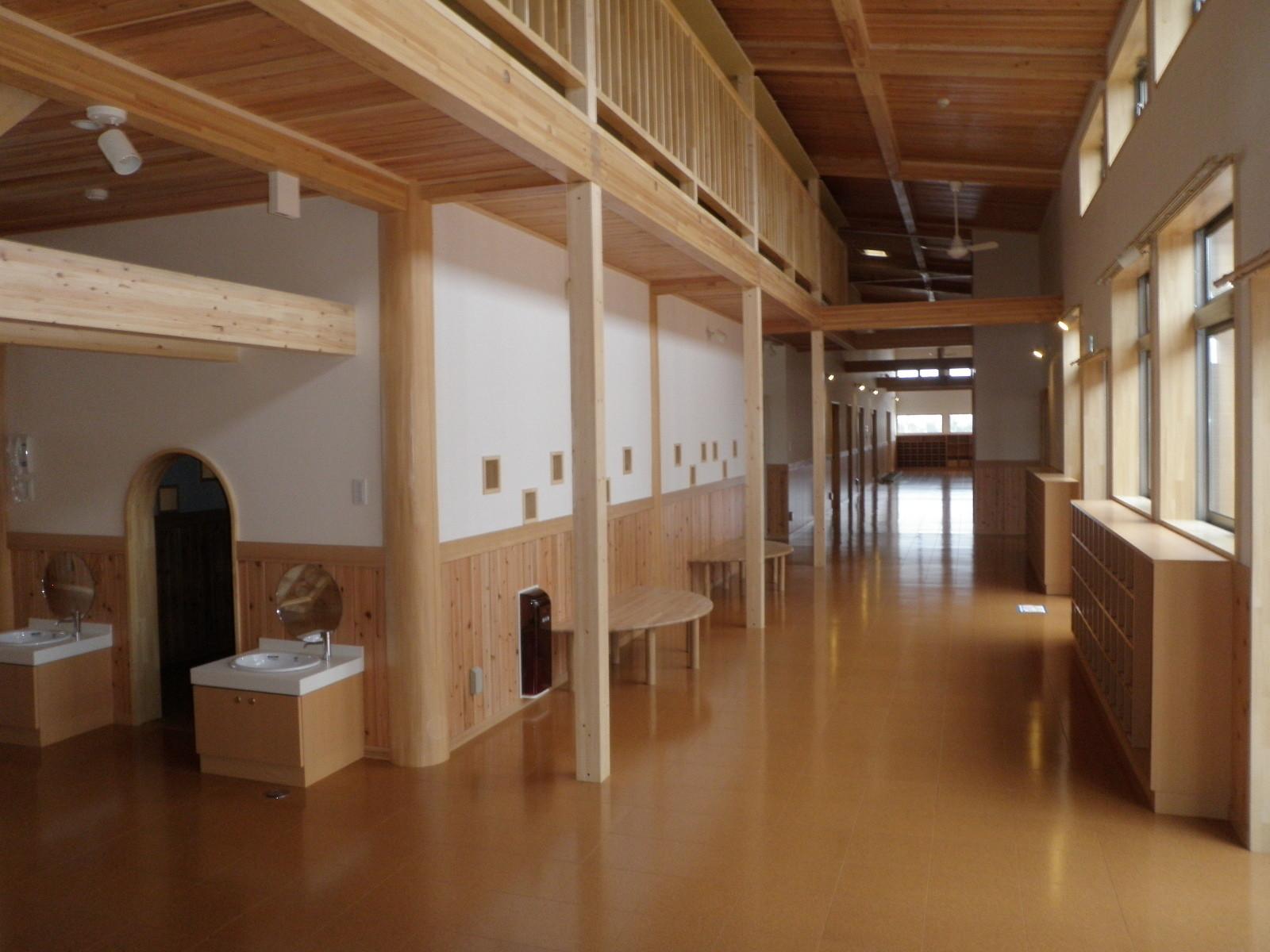 取材もされた、幅約3m、長さ約50mの広い廊下