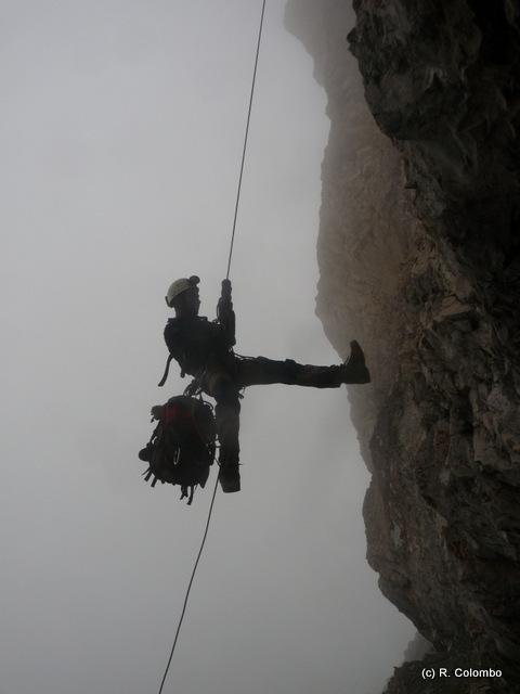 Remontée sur corde fixe pour prospection d'un gîte en falaise