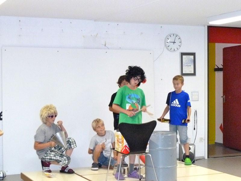 eine Eigenproduktion auf dem improvisierten Schlagzeug auf Platz 2..