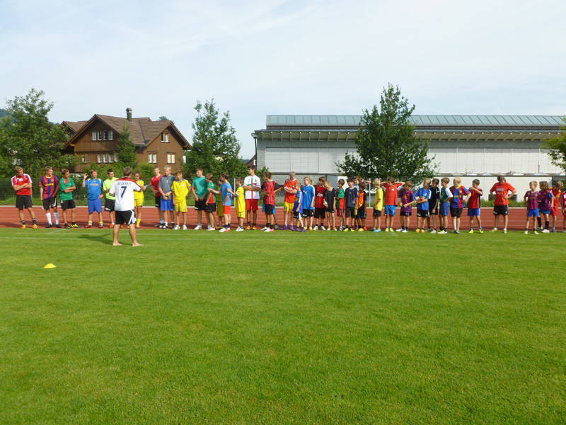 Heute wurden zuerst Gruppen für den Fussball-Technik-Parcours gebildet.
