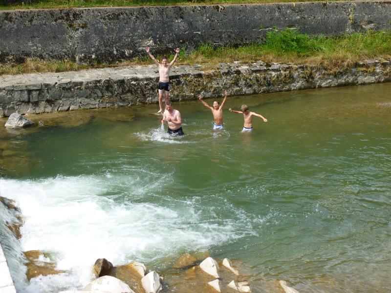 Danach gönnten sich einige Junioren eine Abkühlung im Fluss...
