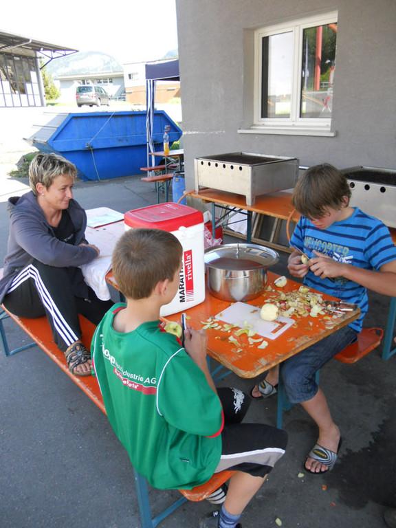 Nach diesem doch eher lockeren Tag, boten die Junioren noch Ihre Unterstützung in der Küche an.