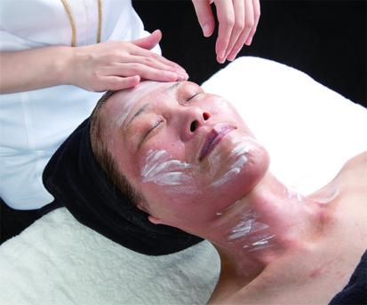 美白成分を追加・お仕上げ ハイドロキノン以上の美白作用と浸透型ビタミンC誘導体を塗布