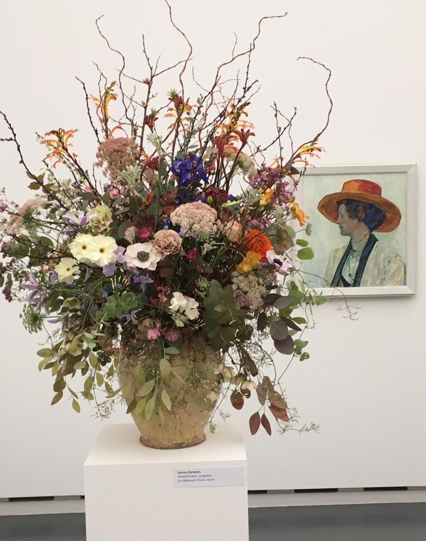 Cuno Amiets Portrait «Annel» im Dialog mit der floristischen Kreation von Gianna Steffanini