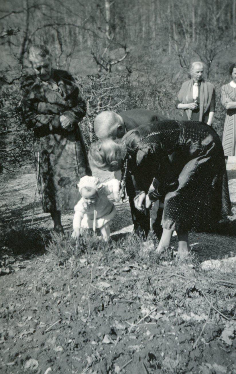 Familie Amiet und Hesse beim Eiersuchen im Garten