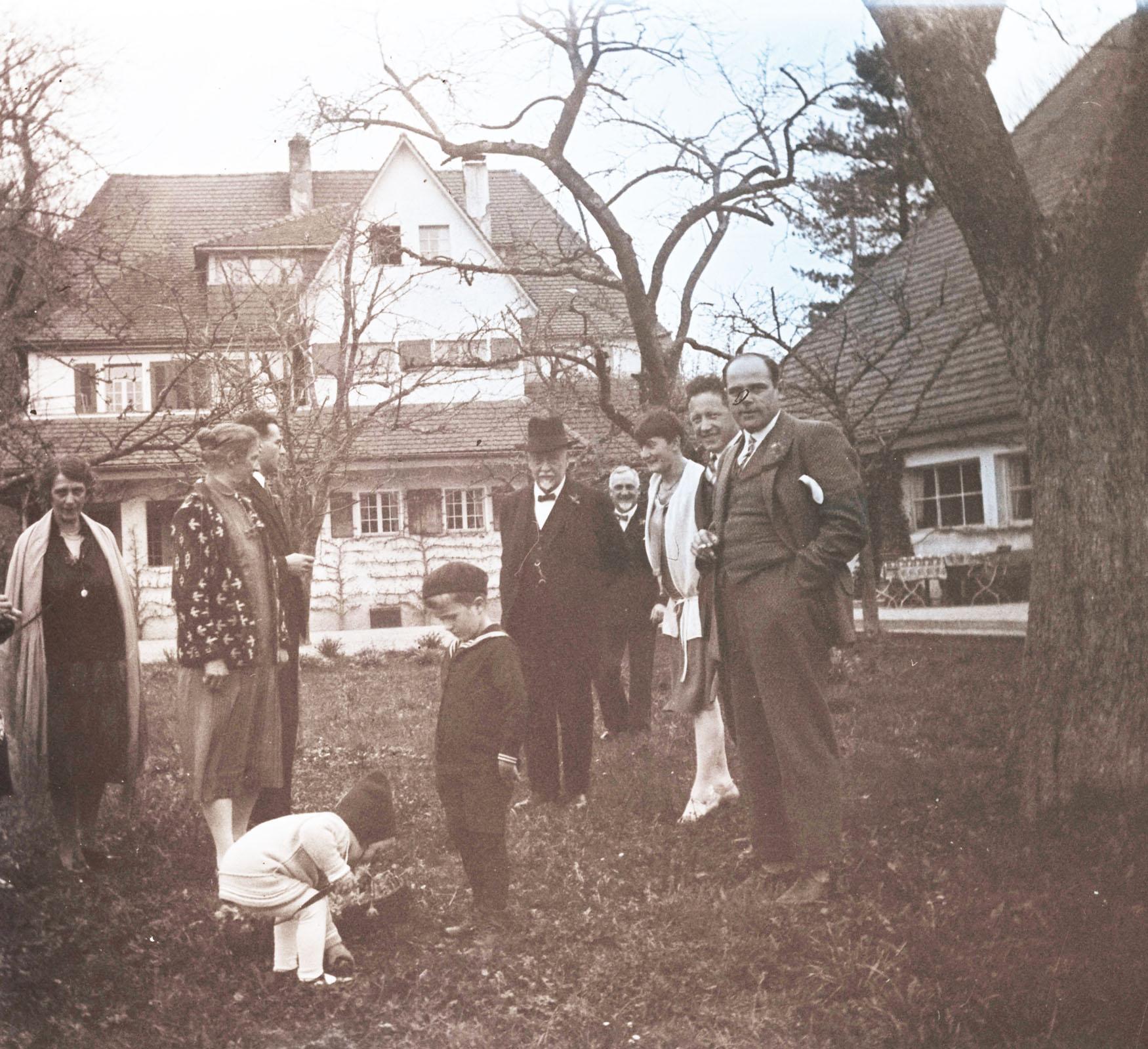 Amiets mit Gästen beim Eiersuchen im Garten auf der Oschwand