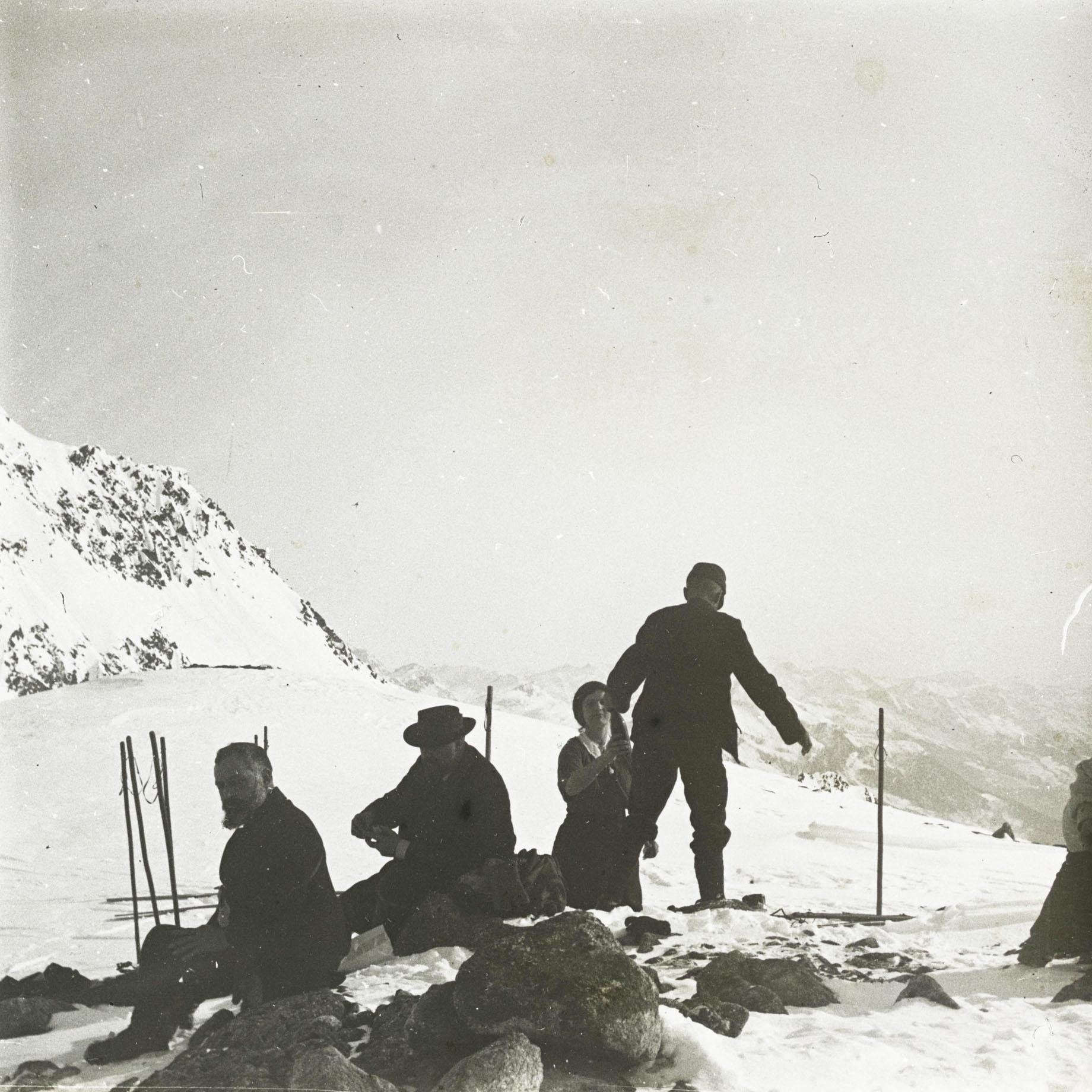 Skifahren in Andermatt - halt am Lucendrosee, Andermatt, 1915