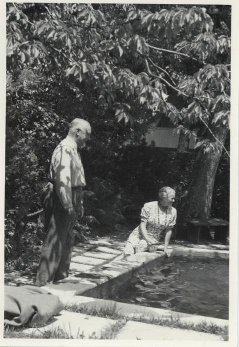 Cuno und Anna Amiet am kleinen Pool im Garten, ca. 1945