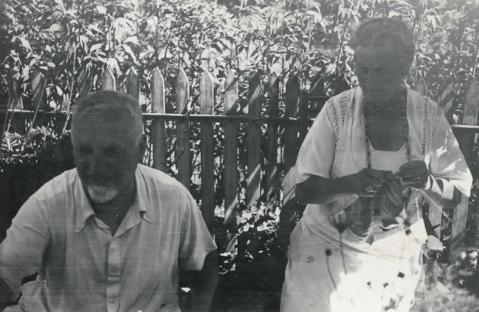 Cuno und Anna Amiet im Garten, undatiert