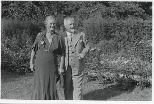 Anna und Cuno Amiet im Garten auf der Oschwand, 1934