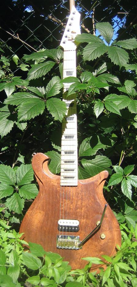 Steampunk Handmade Unique Gitarre BKWelt Hasimir Moehrmann Messing Tremolo Rockinger Zebra Humbucker Poliert Holz