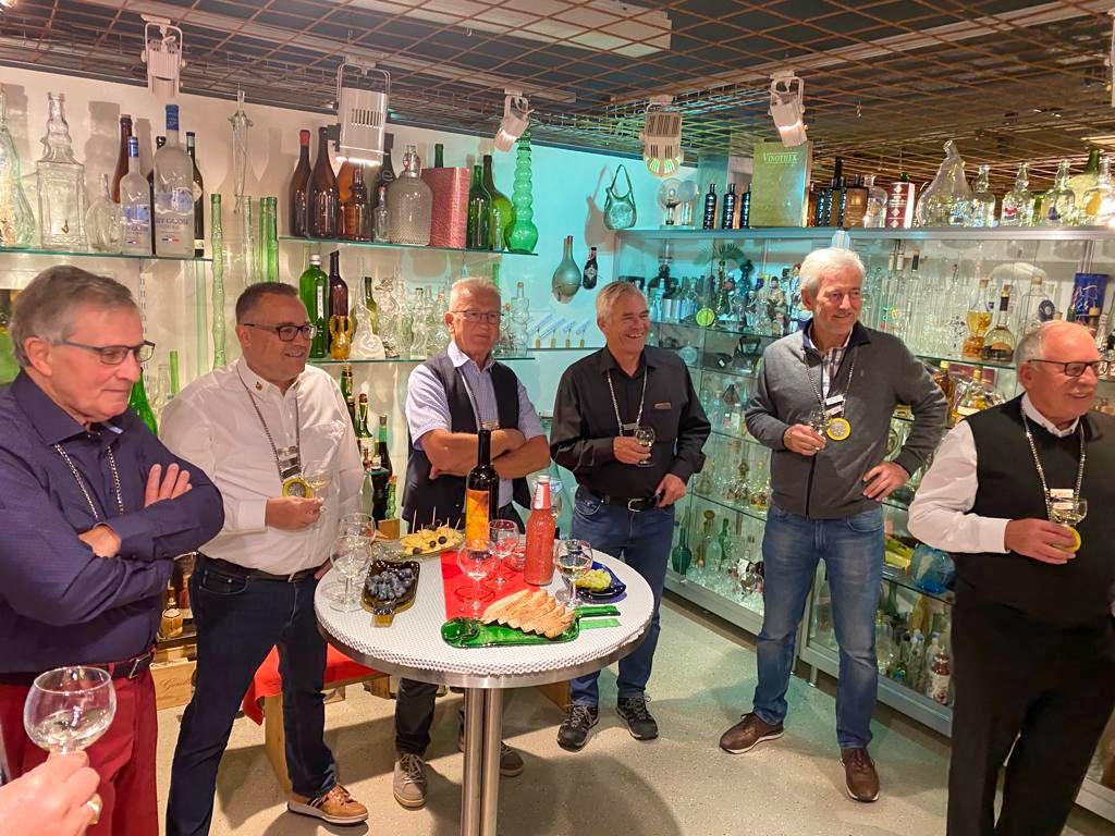 Die Altzunftmeister lauschen den Erzählungen von Sepp Stadelmann in seinem bekannten Flaschenmuseum.