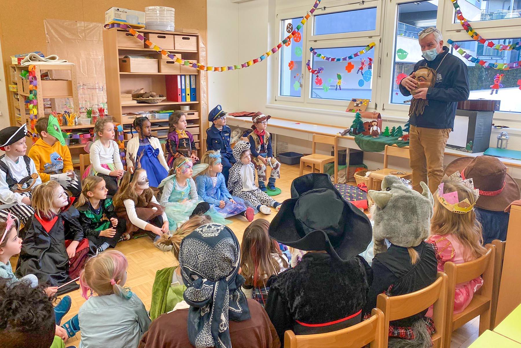 Karnöffelzunft besucht Kindergarten