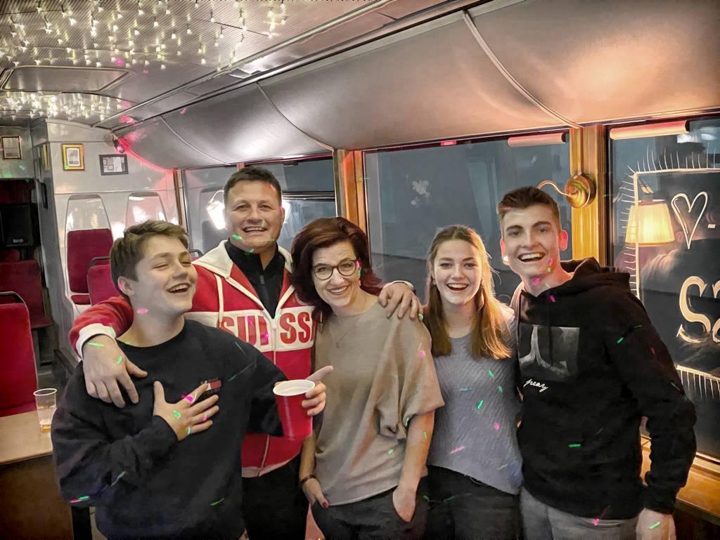 Die glückliche Kneubi-Family im neuen Partybus v.l.: Aurel, Stephan, Madeleine und Chiara Kneubühler mit Freund Jonas Staffelbach.
