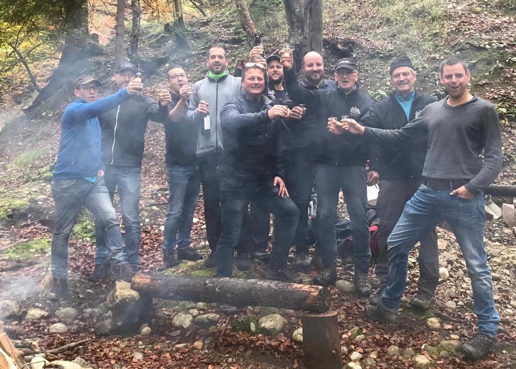 Fidele Enzilochmannen mitsamt Zunftmeister Kneubi-Schweiz (Mitte) zu Besuch in den Untiefen des mystischen Enzilochs