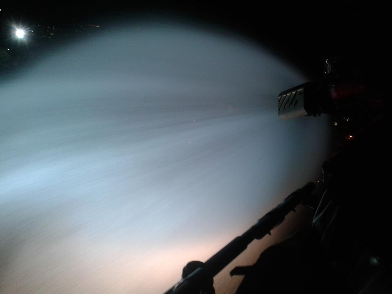 Der Wasserwerfer bei Nacht