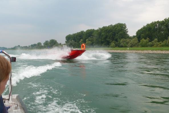 Unser Mehrzweckboot bei voller Fahrt auf dem Rhein.