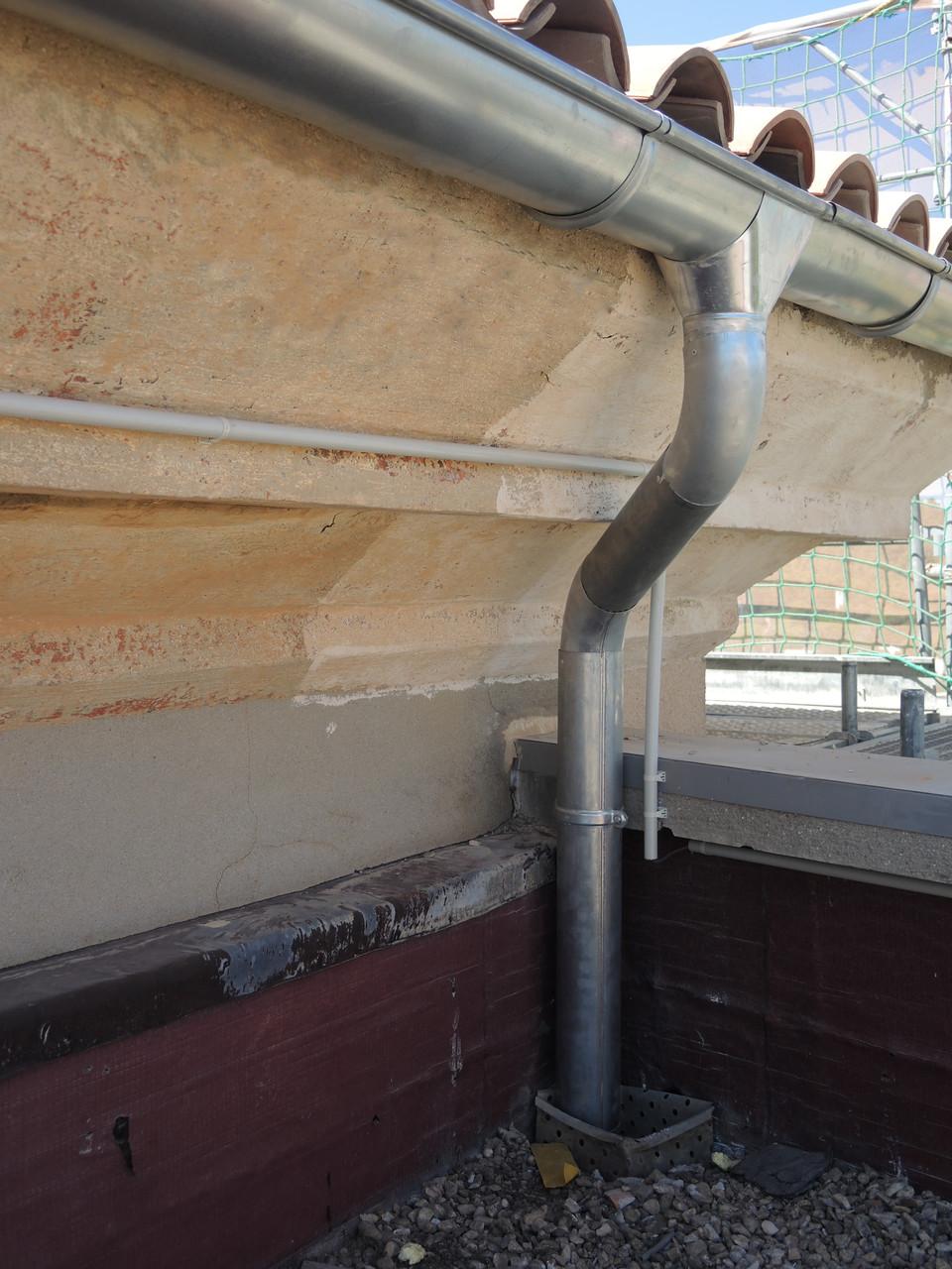 les tuyaux de descente sont en principe posés verticalement pour: