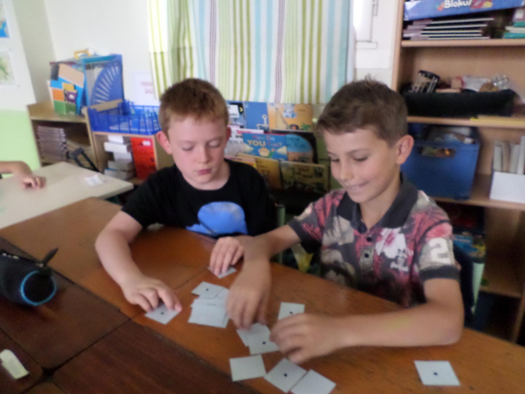 Les CM1 découvrent les ateliers personnalisés en mathématiques.
