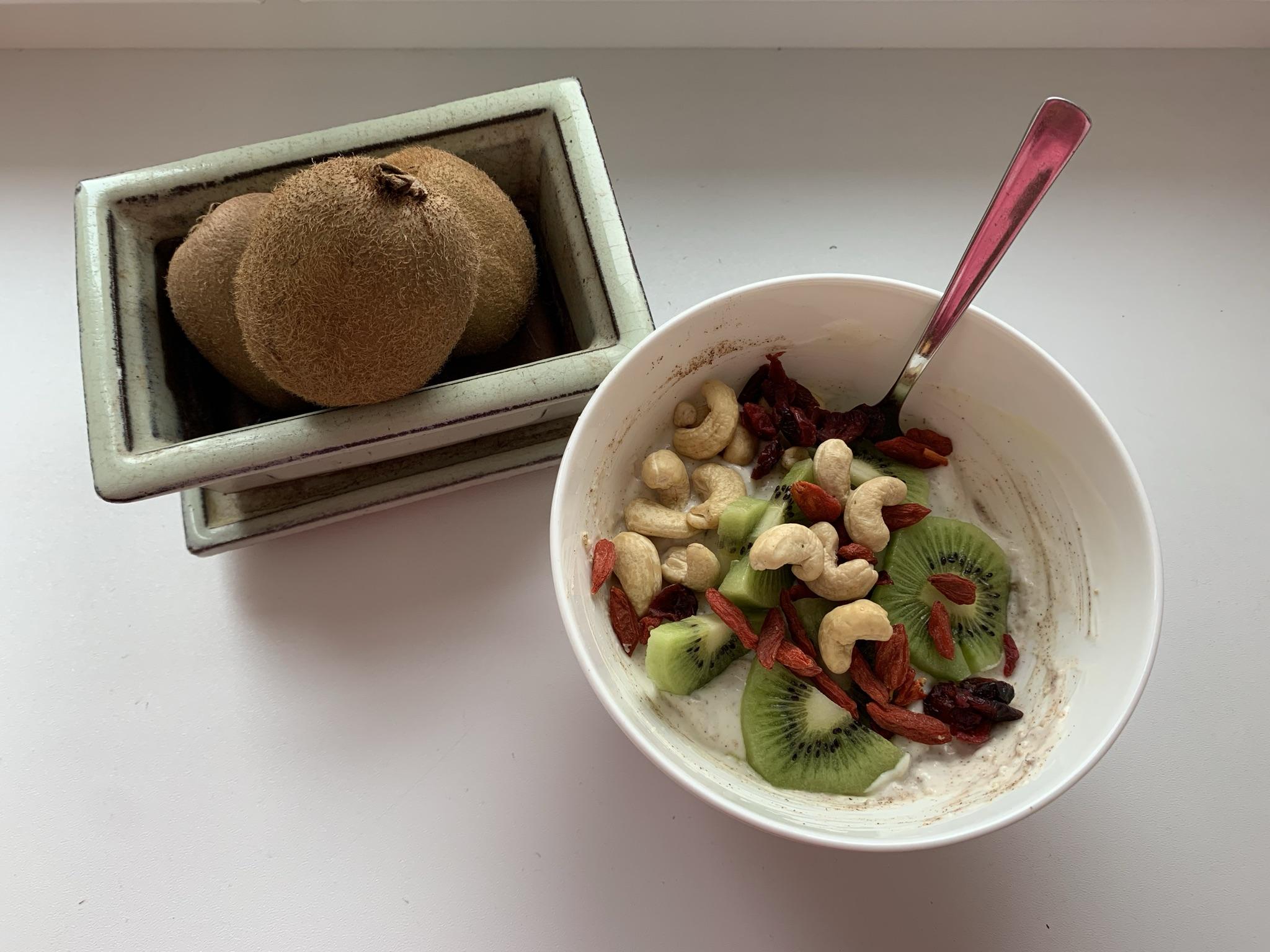 Kokosjoghurt mit Kiwi, Leinsamen und Goji Beeren