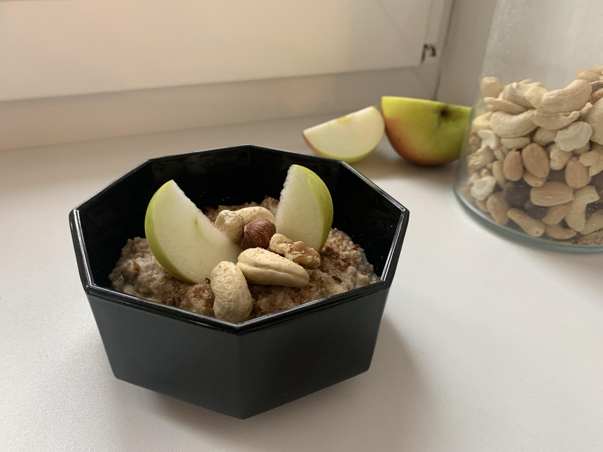 Haferporridge mit Äpfel und Nüssen