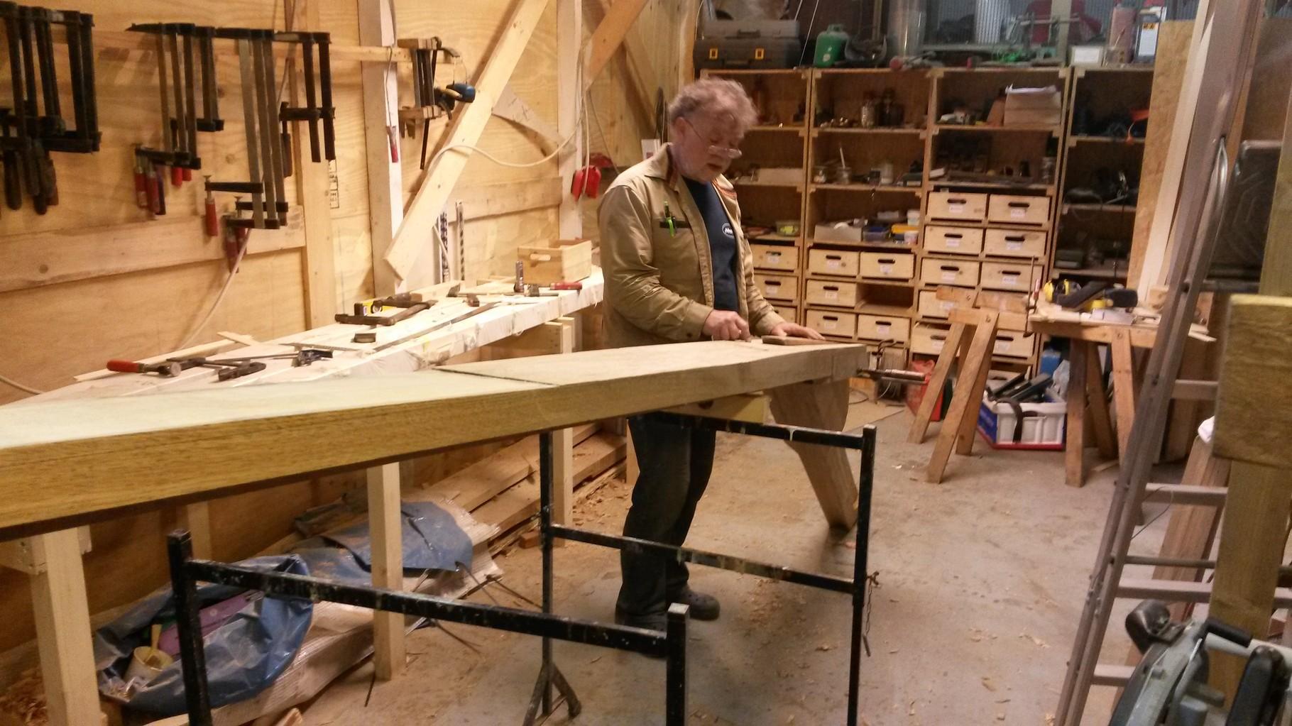 Achtersteven und Heckbalken mit in 2 Richtungen keiliger Verbindung. Dadurch kann der Steven nur rein, wenn der Heckbalken auch fertig ist.